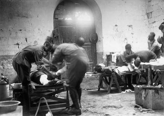 Members of the Australian Army Medical Corps dressing the wounds of Australian soldiers (AWM EZ0066).