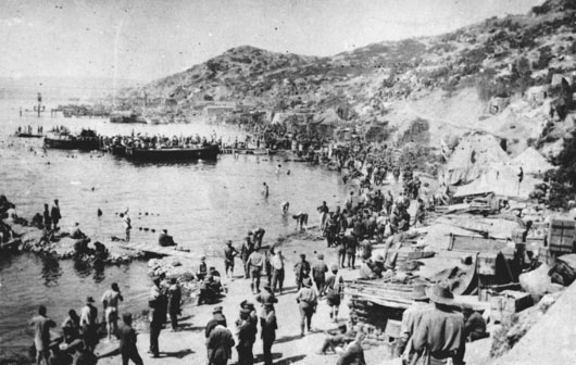 Troops and stores on Anzac Beach, 1915 (AWM H03500).