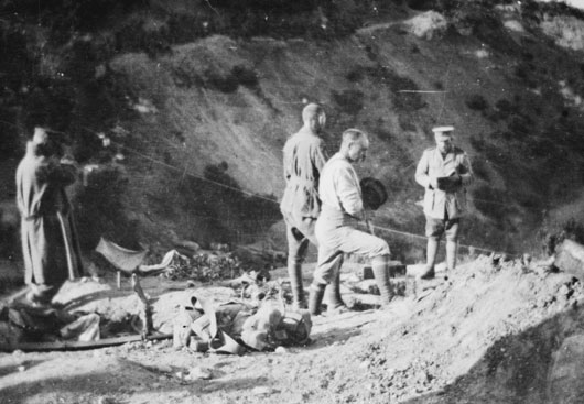 Padre McKenzie of the 4th Battalion AIF, burying a soldier in Shrapnel Gully (AWM H15688).