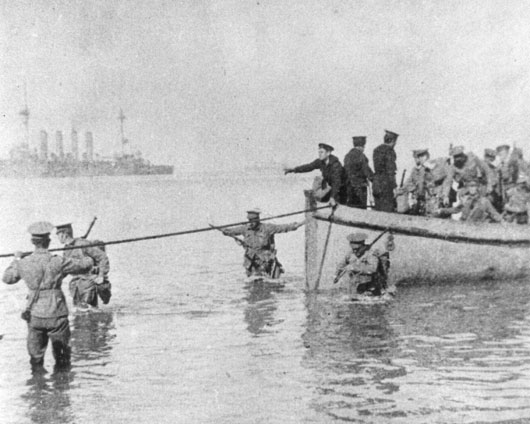 A tie line being secured so troops can disembark on the day of the landings at Anzac Cove (AWM A05292).