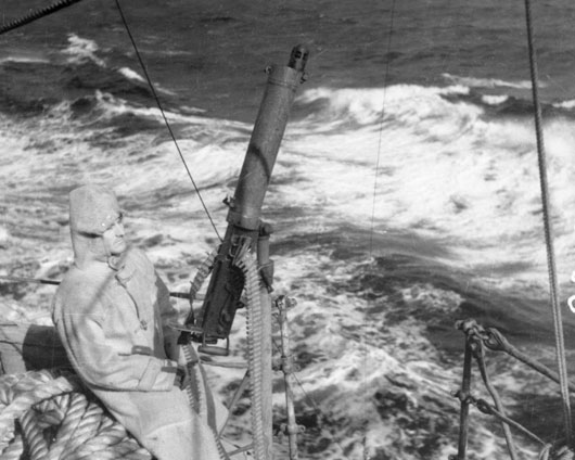 "Petty Officer ""Nutty"" Ferris, ready for action with his Vickers machine gun aboard HMAS Perth (AWM 006855)."