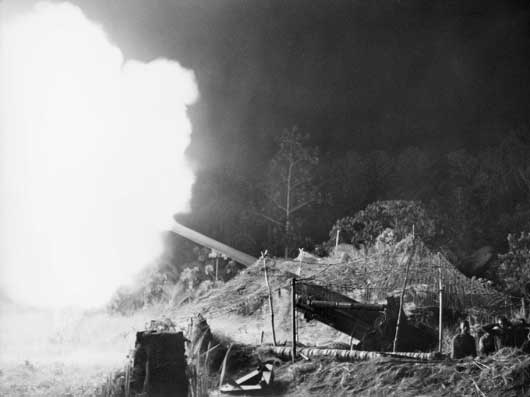 No. 1 gun, 2/3 Field Regiment, in action during the final assault against Wewak (AWM 091715).