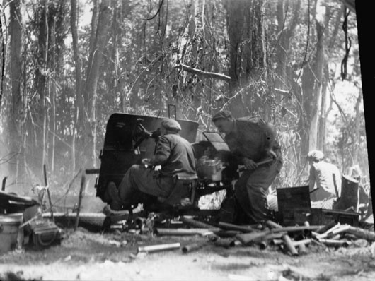 25th Battalion troops firing shells from Slater's Knoll during action against the Japanese (AWM 090347).