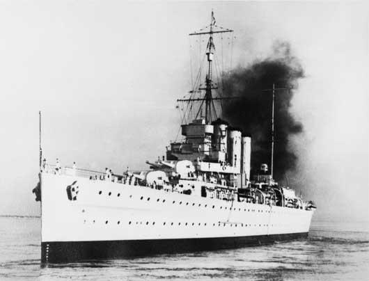 The Kent class cruiser HMAS Canberra (AWM 016664).