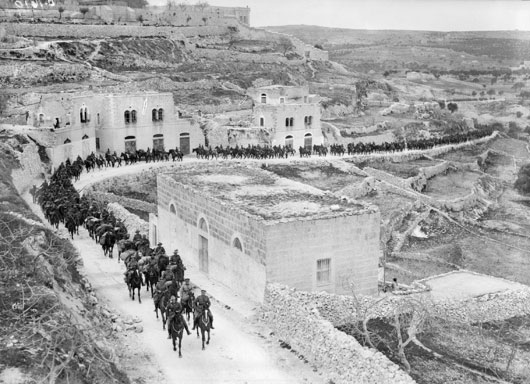 A regiment of the Australian Light Horse on the march in Jerusalem (AWM B01619).