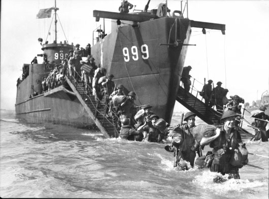 Men of the 2/14 Infantry Battalion wade ashore at Yellow Beach during the Oboe 2 operation (AWM 110436).